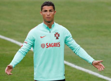 Ronaldo uất ức khi không thể chuyển về MU