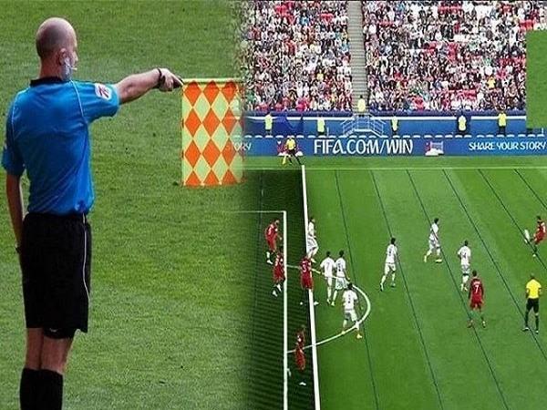 Trọng tài biên thổi phạt lỗi việt vị trên sân.